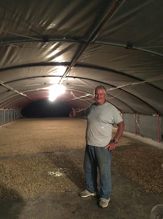 コーヒー豆のドライミルの作業を終えたジョン